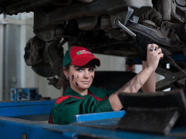 En kvinnlig bilmekaniker