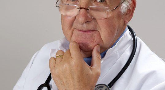 En manlig läkare